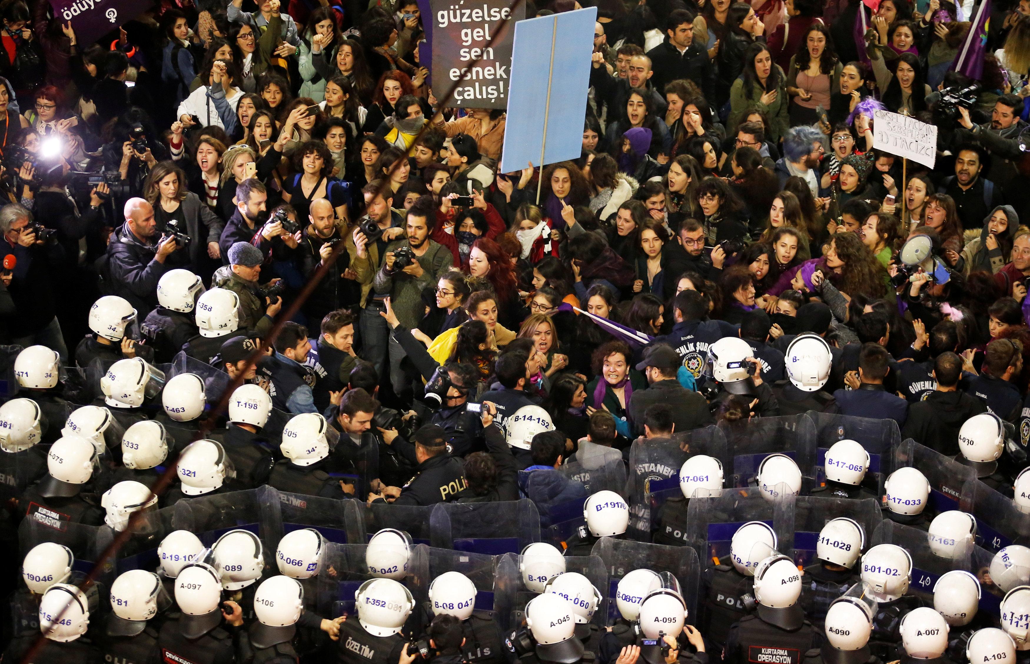 8 Mart Feminist Gece Yürüyüşü Reuters 9.jpg