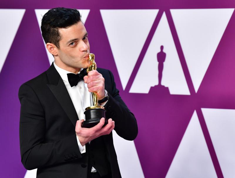 Rami Malek ödülle.jpg