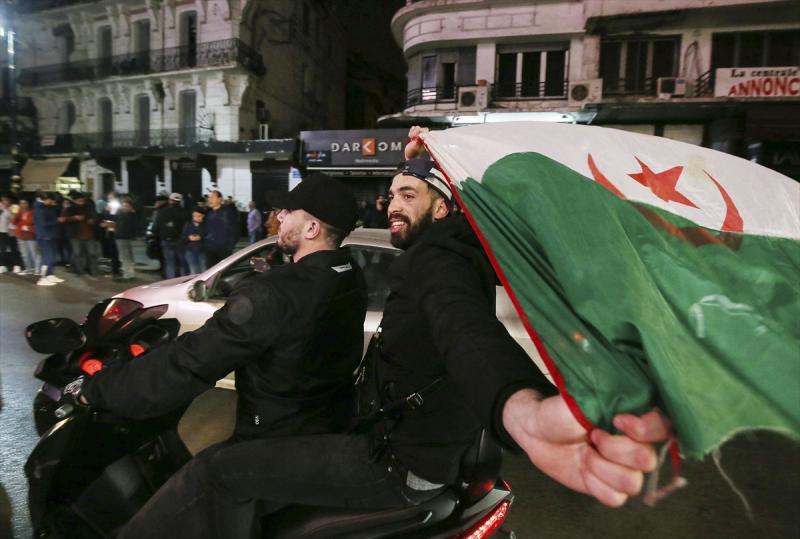 Dünya 3 - 12 Mart Cezayir Cumhurbaşkanı Abdulaziz Buteflika'nın 5. dönem adaylığını geri çektiğini açıklamasının ardından, başkent Cezayir'de toplanan bir grup sevinç gösterisinde bulundu.jpg