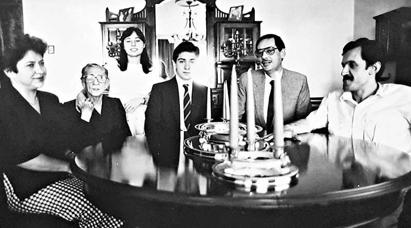 Soldan sağa oturanlar Merhum Başbakan Adnan Menderes'in gelini, eşi, torunu, oğlu ve Lütfü Oflaz….jpg