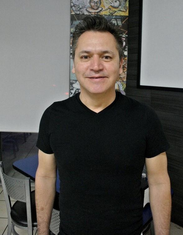 Manuel Munoz 51 Yaşında Dişçi-kop.jpg