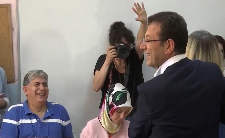 İmamoğlu ailesi oy kullanırken. AA yayınından ekran fotosu.jpg