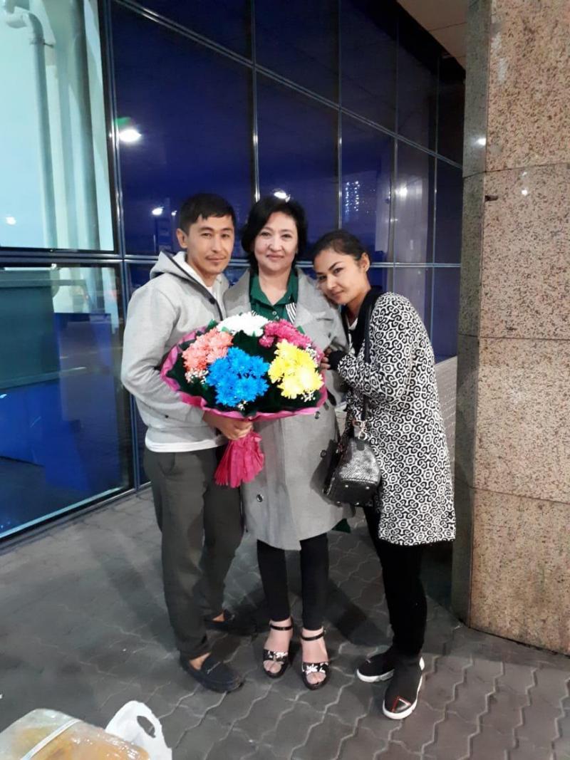 doğu türkistan - çocukları ile havaalanında.jpg