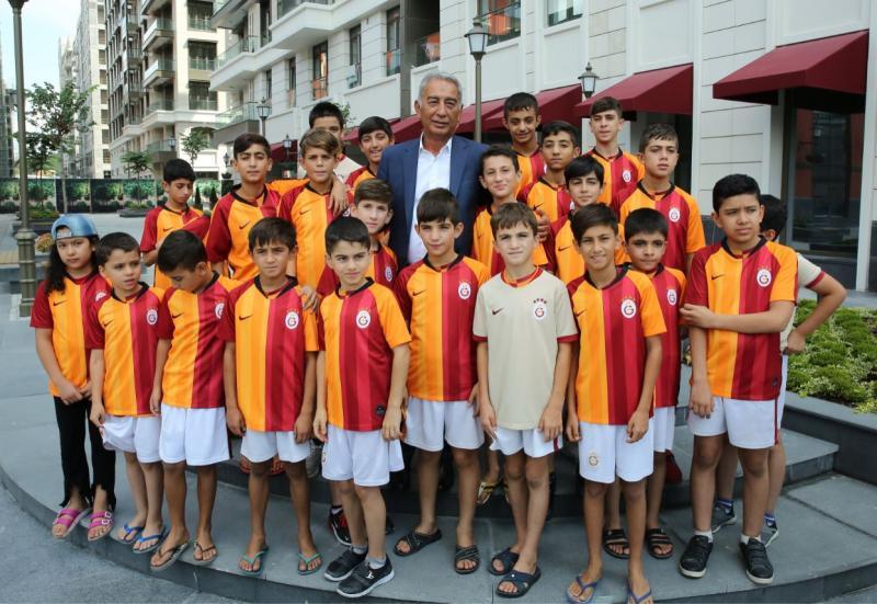 Adnan Polat öğrencilerle - AA.jpg