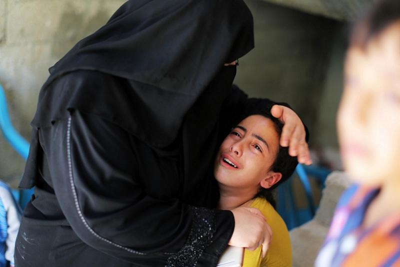 Ağlayan anne kız- Momen Faiz.jpg
