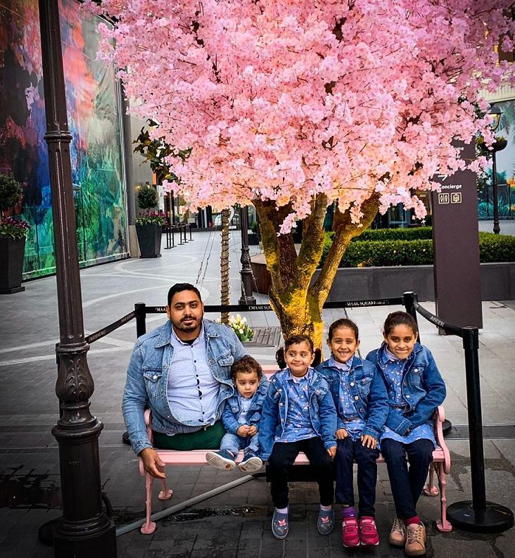 Momen Faiz ve çocukları Emaar.png