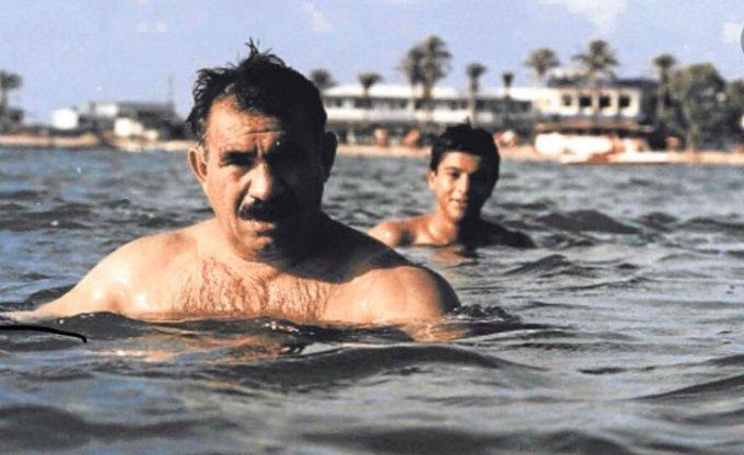 Doğruluğu teyit edilmemiş fotoğrafta Abdi, Öcalan'la birlikte yüzerken görülüyor