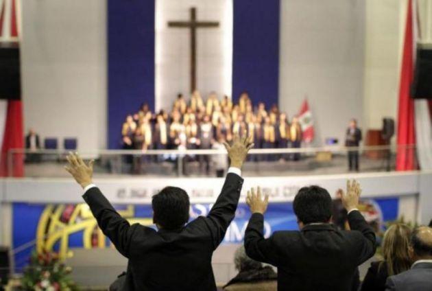 Peru'nun Hıristiyan Protestan kiliseleri tarafından 30 Temmuz 2014 tarihinde Lima'da siyasi liderlerle yapılan bir törenle insanlar dua ediyor rEUTERS.jpg