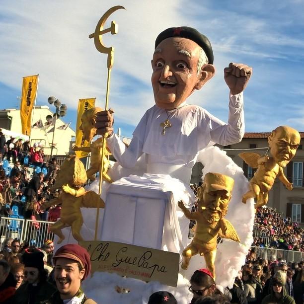 Karnavalda anti papa geçit töreni twitter.jpg