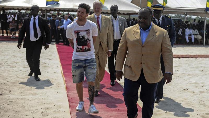 Lionel Messi ve Ali Bongo - AFP.jpg