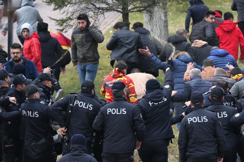 Kayserispor-taraftar-polis-AA.jpg