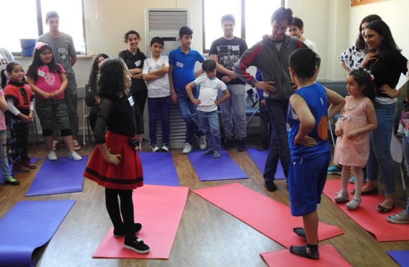 Suriyeli çocuklar atölye dans BAU TOSAM Twitter.jpg