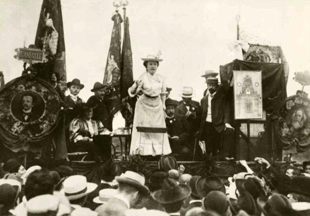 Rosa Luxembourg 1907 yılında Stuttgart kentinde kalabalığa hitap ederken