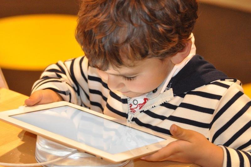 Çocuk ve tablet Pixabay.jpg