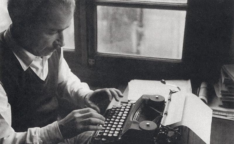 Orhan Kemal 1959'da Unkapan'ındaki evinde çalışırken / Fotoğraf: Tükenmez Habe