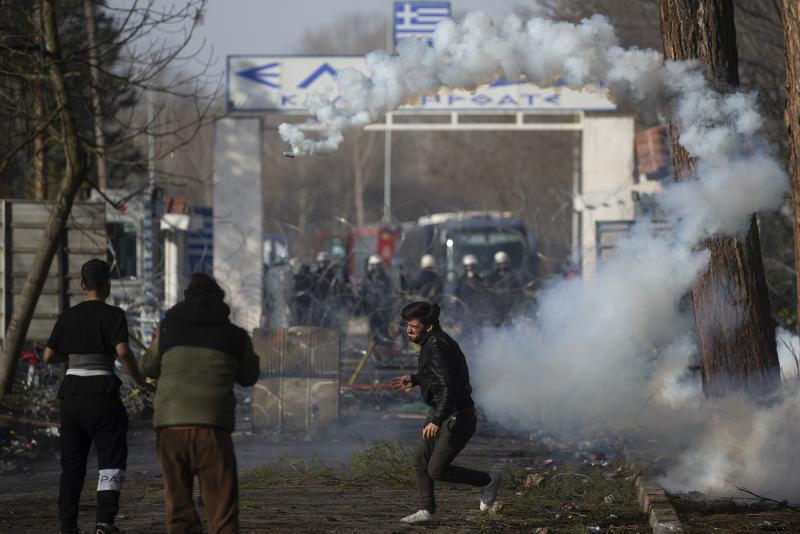 Göçmenler gaz bombası AA.jpg