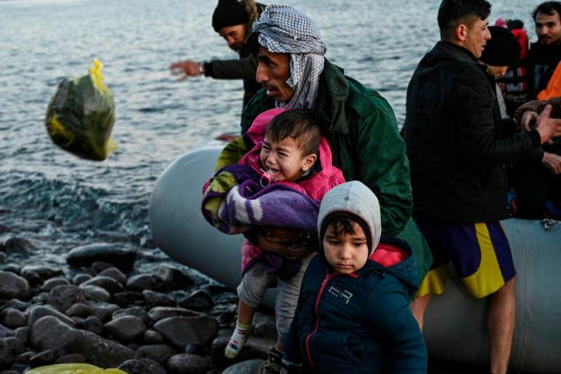 Göçmenler ağlayan çocuk Yunanistan AFP.jpg
