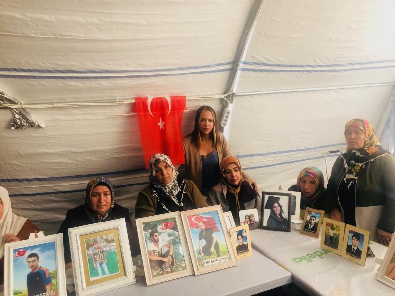 Diyarbakır anneleri ile foto 1.jpg