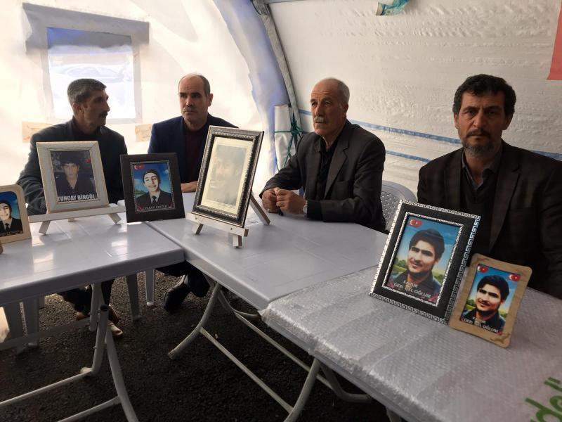 Diyarbakır annelerine eşlik eden babalar.jpg