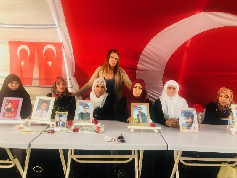 Diyarbakır anneleri ile foto 2.jpg