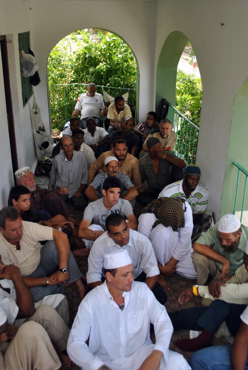 Kübalı Müslümanlar Yahya Pedro'nun evinin balkonunda namazı beklerken.JPG