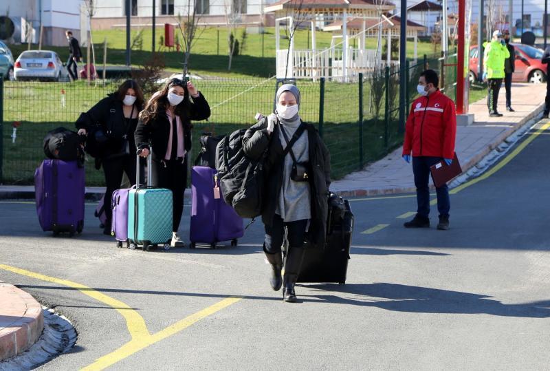 Karantina süresi dolan öğrenciler eve dönmeye başladı