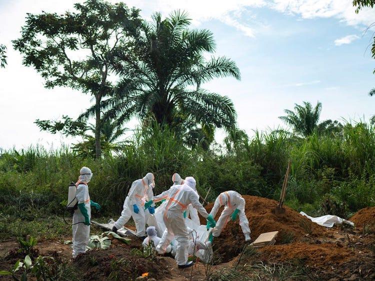 Kongo'da işçiler bir Ebola kurbanını gömüyorlar-AP.jpeg