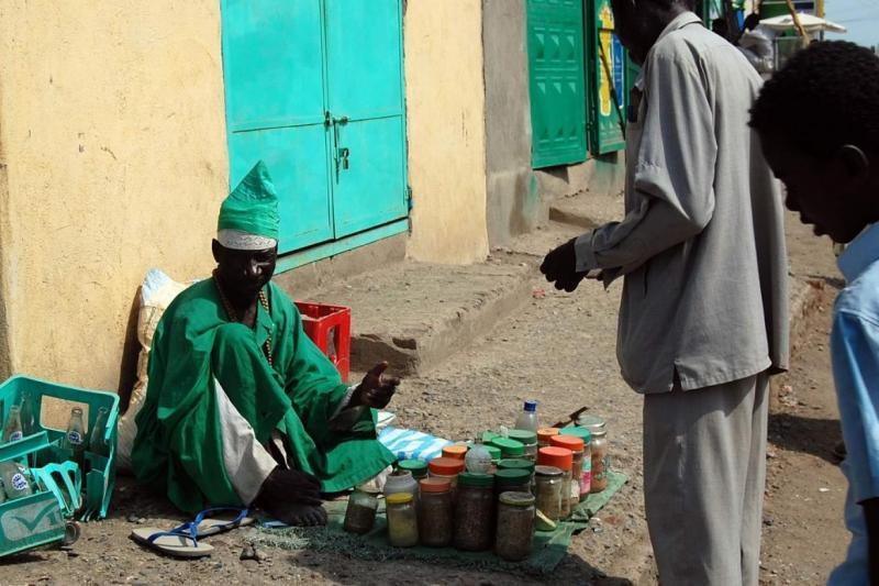 Sudan'da sokakta şifalı bitkiler ve kocakarı ilaçları satılıyor. Foto-independent arabia.jpeg