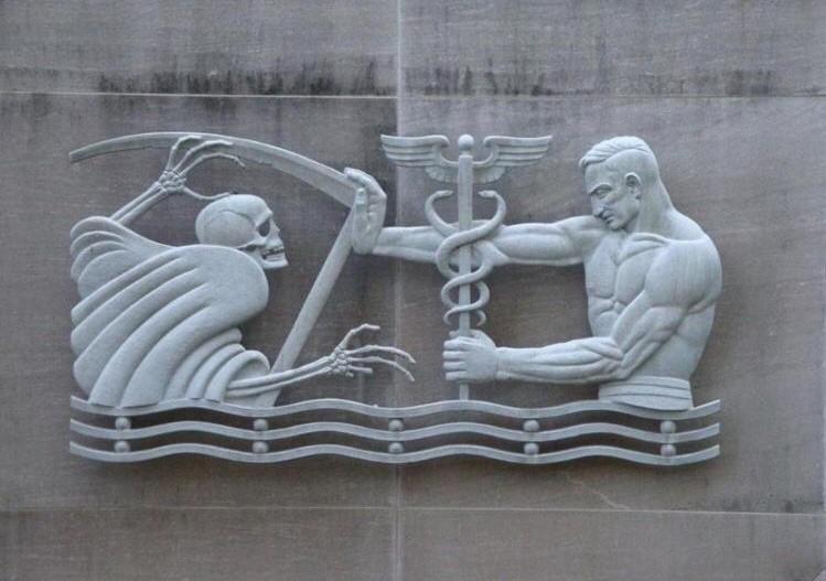 Gürcistan'da bir hastane duvarında ölüm ve yaşam mücadelesi rölyefi-.jpg