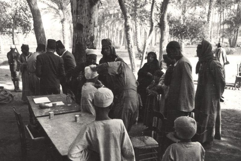 20. Yüzyıl ortalarında Mısırlılar aşı sırası beklerken.jpg