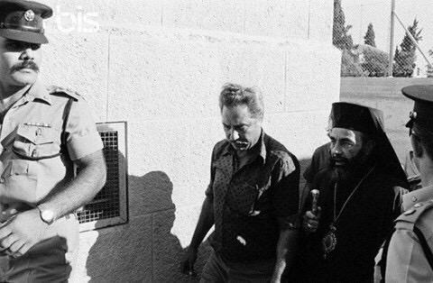 Cappuci İsrail polisi nezaretinde götürülürken..jpg
