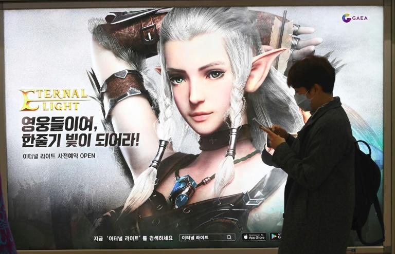 Seul'deki bir metro istasyonunda mobil oyun reklamı bulunan bir ilan panosu (AFP).jpeg
