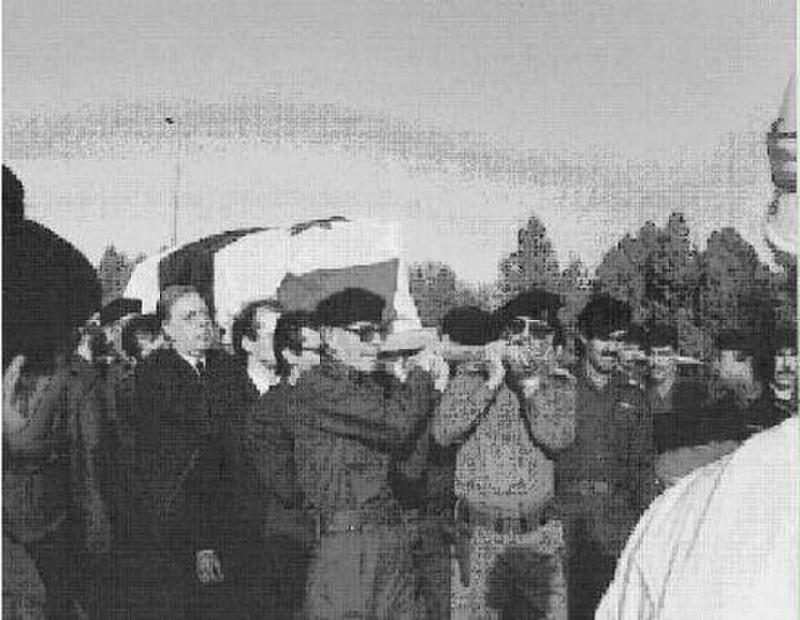 Eflak'ın cenazesi Saddam Hüseyin ve İzzet İbrahim el-Duri'nin omuzlarında.jpg