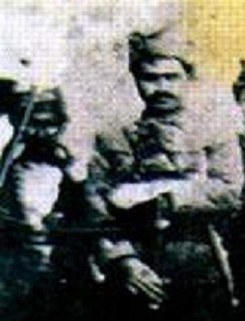 Halis Bey, Ağrı İsyanı sırasındaki silahlı fotoğrafı.jpg