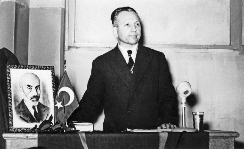 Nurettin Topçu, İstanbul İmam Hatip Okulu öğrenci yurdunda düzenlenen (23 Aralık 1955) Mehmet Âkif Ersoy'u anma toplantısında konuşurken.jpg