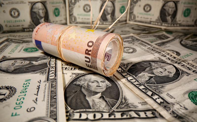 dolar euro Reuters-Dado Ruvic.jpg