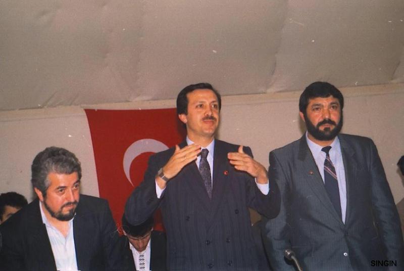 Recep Tayyip Erdoğan, Yavuz Çelik Karahan ( Berlin ) - Menderes Singin.jpg
