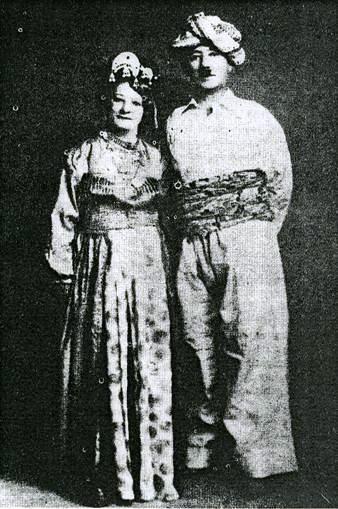 İhsan Nuri ve Yaşar Hanım geleneksel Kürt kıyafetleriyle .jpg