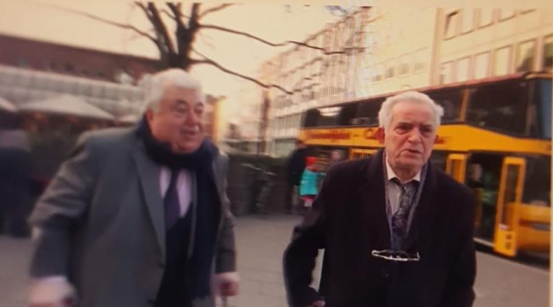 Yusuf Topçu ile İbrahim Toparslan namaz olayından 50 yıl sonra Köln Katedrali önünde buluşup demeç vermişler. Kaynak-TRT tv kanalı (1).jpg