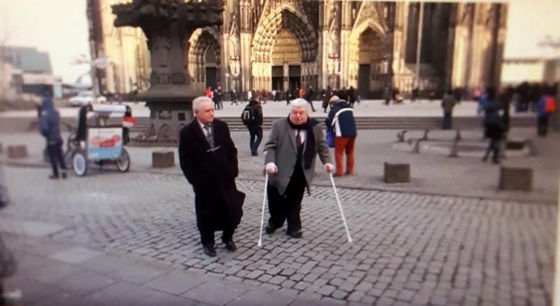 Yusuf Topçu ile İbrahim Toparslan namaz olayından 50 yıl sonra Köln Katedrali önünde buluşup demeç vermişler. Kaynak-TRT tv kanalı (2).jpg