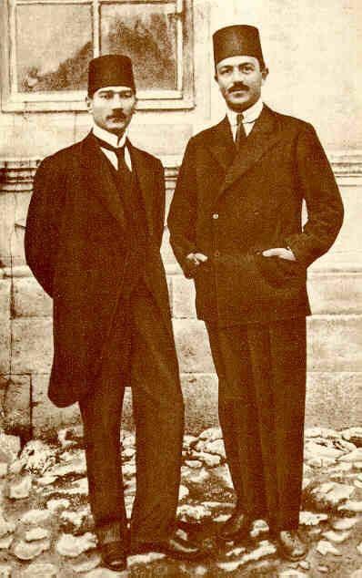 Mustafa Kemal Atatürk (solda) ve Rauf Orbay Sivas Kongresi'nde Wikipedia.jpg