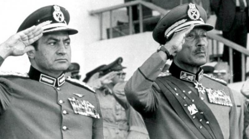 Geçitörenindeki suikast öncesinde Sedat ile Mübarek selam duruşunda-foto-IPA .jpg