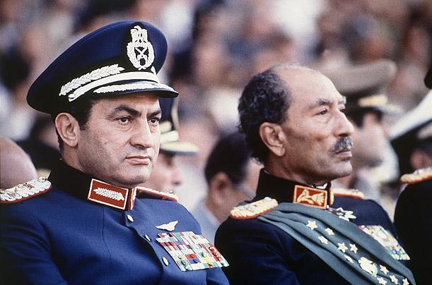 Hüsnü Mübarek eski Hava Kuvvetleri Generali-Mısır eski Başkanı Enver Sedat ile.jpg