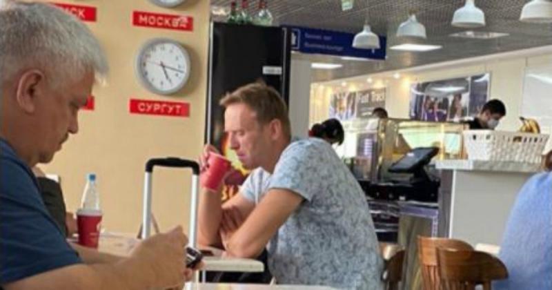 1597950298_Alexei-Navalny-lavversario-di-Putin-e-tra-la-vita-e ÇAY İÇERKEN.jpg