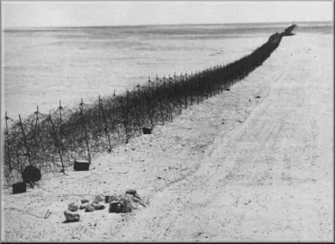 Libya-Mısır sınırında dikenli teller.jpg