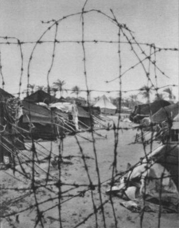 Dikenli tellerle çevrilmiş kampın görüntüsü.jpg