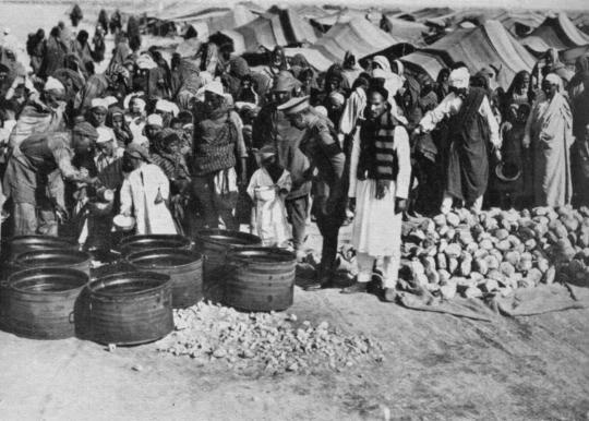 El Maqrun kampında günlük ekmek gıda tayini.jpg