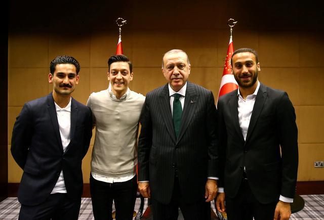 Gündoğan-Özil-Erdoğan-Cenk-Reuters.jpg