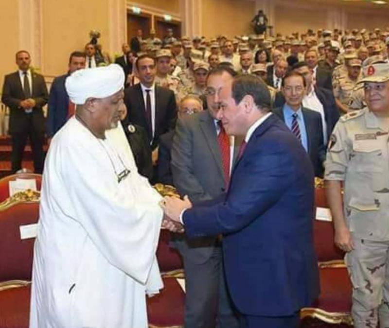 Sisi, Ekim Savaşı münasebetiyle şifrenin mucidi Ahmed İdris'i kutlarken.jpg
