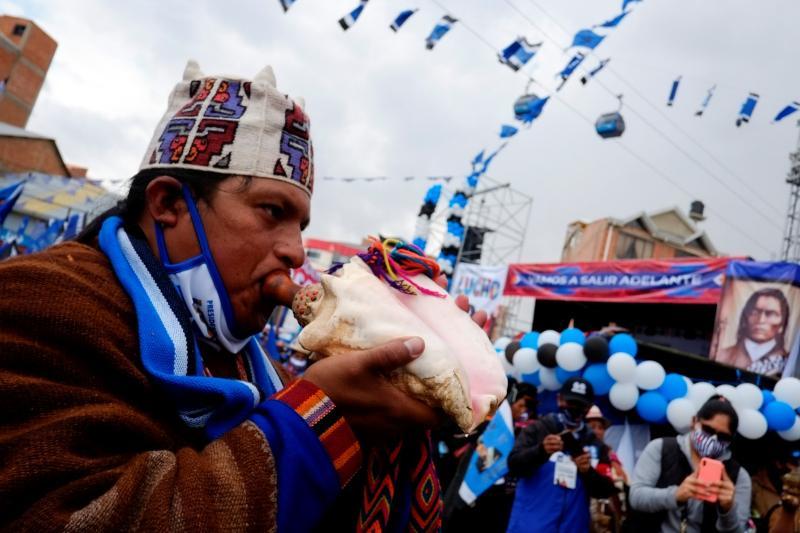 Bolivya cumhurbaşkanlığı seçimleri öncesinde Sosyalizm Hareketi partisinden Luis Arce'nin kapanış kampanyası sırasında deniz kabuğuna üflenen bir adam - David Mercado  Reuters.jpg